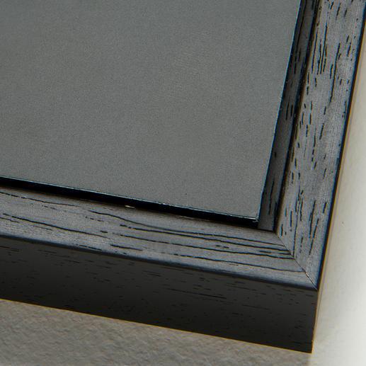 Bei der Schattenfugenrahmung wird die Aluminium-Platte mit einem 0,7 cm großen Spalt von einer schwarzen Holzleiste umrahmt (inkl. Aufhängung an der Rückwand).