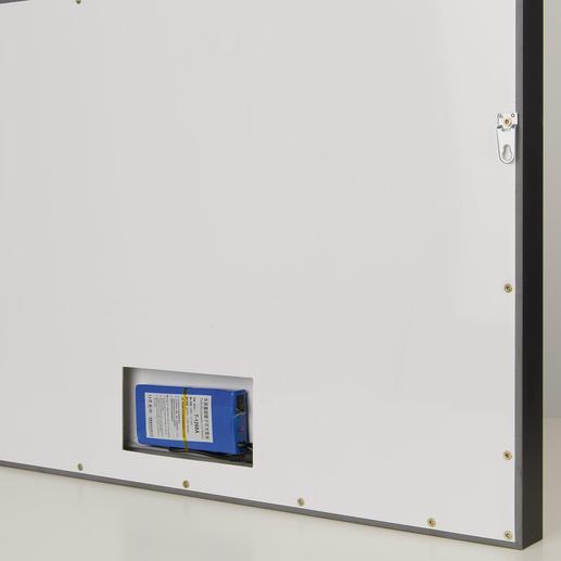 Dank Akkupacks auf der Rückseite des Leuchtkastens sind Sie nicht auf eine Stromquelle angewiesen. So kann das Werk in jedem Raum präsentiert und beleuchtet werden.