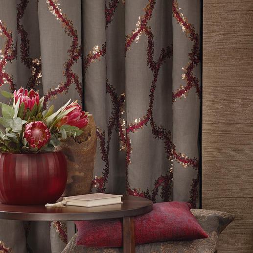 Eine textile Kostbarkeit. Mit tausenden filigraner Pailletten bestickt.