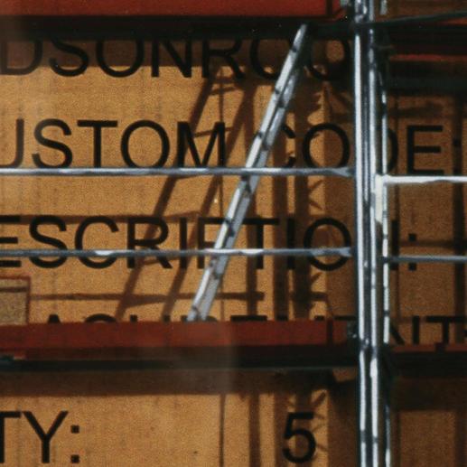 Fotorealistisch präzise treten die Schatten des Stahlgerüsts aus dem packpapierbraunen Fond hervor.