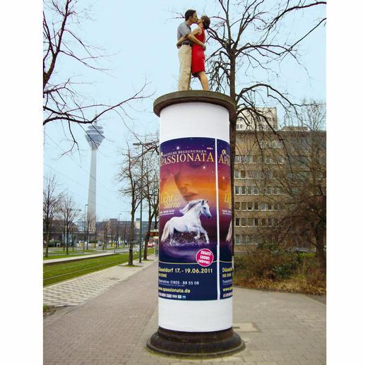Die 1,90 m große Originalskulptur auf einer Litfass-Säule ist in der Düsseldorfer Innenstadt (Ecke Haroldstraße/Poststraße) zu sehen.