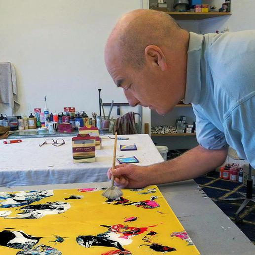 Die intensive goldene Farbe wird bei jedem der 20 Exemplare von Künstlerhand individuell aufgetragen.