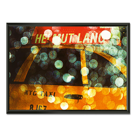 Philipp Hofmann – New York Taxi in the rain - Einzigartige Fotokunst – dank eigens entwickelter Technik von Philipp Hofmann. Ausdrucksstarke Präsentation in einem beleuchteten, kabellosen Objektrahmen. 20 Exemplare.