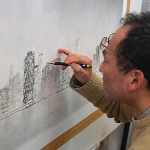 Ausgangspunkt für seine Arbeiten sind Fotografien, die der Künstler Strich für Strich auf Papier festhält.