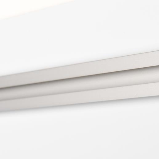 Eine Aluminiumleiste auf der Rückseite des Acrylglases dient als Befestigungsvorrichtung.