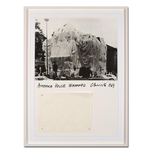 """Christo – America House Wrapped Rarität: Über 50 Jahre alte, handsignierte Christo-Edition. Die letzten 25 Exemplare von """"America House Wrapped"""". Mit Original-Verhüllungsstoff. Maße: gerahmt 79 x 106 cm"""