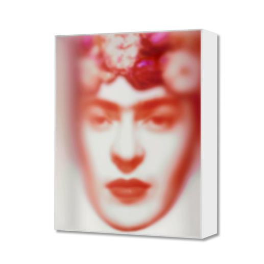 Maxim Wakultschik – Rote Frida Einzigartig: 3D-Objektkunst durch exakt berechnete Stauchung. Maxim Wakultschiks von Hand gefertigte Unikatserie – exklusiv bei Pro-Idee. 5 Exemplare. Maße: 60 x 75 cm