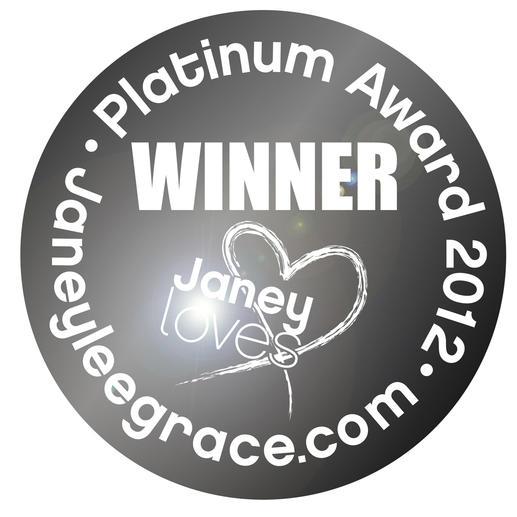 """""""Janey loves"""" nennt die britische Bestseller-Autorin Janey Lee Grace ihre Empfehlungen. Mehr als 7 Millionen hören täglich ihre BBC-Radiosendung. 2012 zeichnete sie den Waschball EcoEgg™ als """"innovativstes Waschmittel"""" aus."""